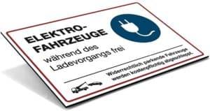 Hinweis-SchildText Elektro-Fahrzeuge während des Ladevorgangs frei